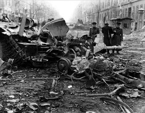 Будапешт, 1956. Разбитый советский танк.