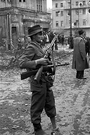 Будапешт, 1956. Безногий герой второй мировой войны в отряде сомообороны.