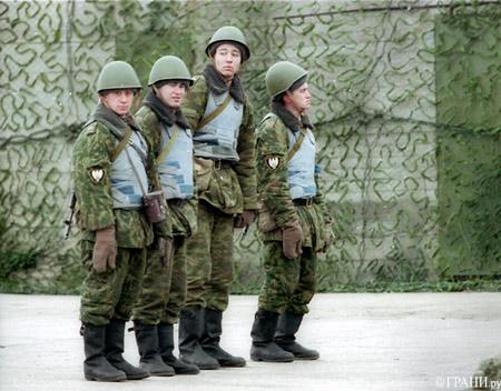 Все знают, что армия - это суровая...  Сначала нам смешно - солдаты тоже хотят развлекаться.