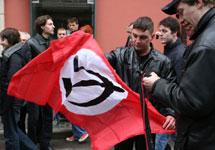 Марш несогласных в Моcкве: Нацболы разворачивают флаг. Фото А.Карпюк/Грани.Ру