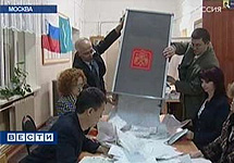 Подсчет бюллетеней на выборах в Мосгордуму. Кадр телеканала ''Россия''