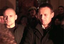 Навальный и Удальцов, после освобождения из ОВД Басманное. Кадр Грани-ТВ