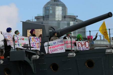 ВПетербурге группа «клоунов-милитаристов» устроила антивоенную акцию наборту крейсера «Аврора»