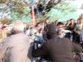 """Кадр видеосъемки """"Новой газеты"""" с эпизодом омоновца Казьмина и Михаила Косенко. Косенко помечен кружком."""