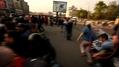 Артем Савелов. Вываливается с другими людьми за полицейскую цепь. Кадр видео