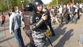 Артем Савелов. Полицейские пробежали, он продолжает стоять. Кадр видео