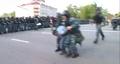 Артем Савелов. Омоновцы проводят его вдоль шеренги резерва к автозаку. Кадр видео